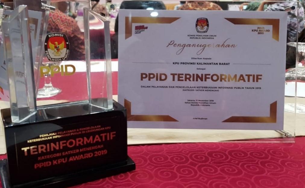 Trophy dan Piagam Penghargaan
